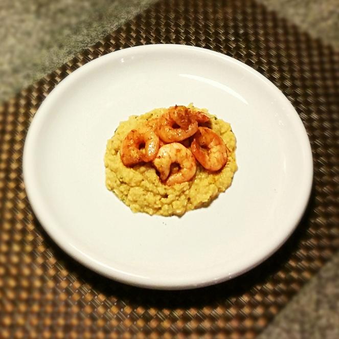 Piatto prelibato composto da vellutata crema di ceci e code di mazzancolle alla paprika.