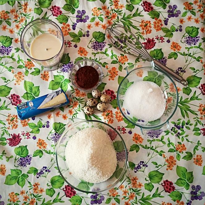 Ingedienti dei muffin senza glutine: cacao, farina di cocco, farina di riso, uova di quaglia, latte di soia e zucchero