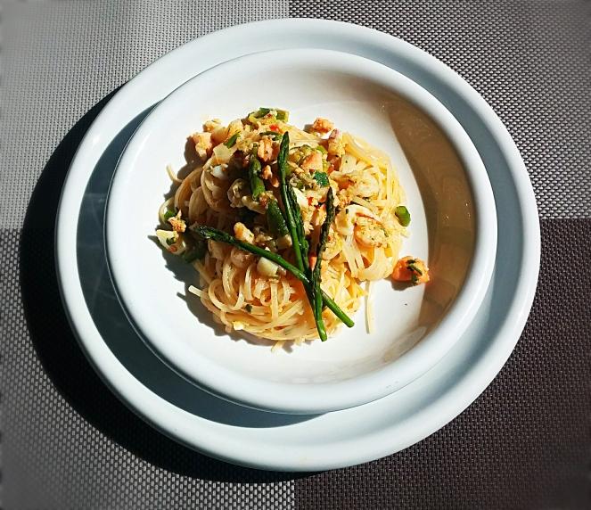 E' molto gustoso e saporito questo piatto di noodles di riso con pesce e asparagi.