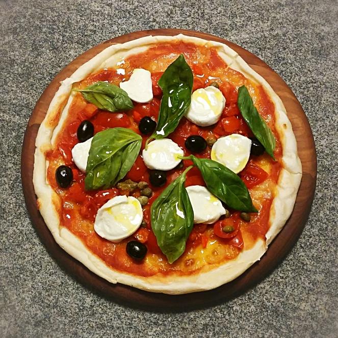 Piccadilly, mozzarella di bufala, olive nere, capperi e basilico per farcire la nostra pizza senza glutine.