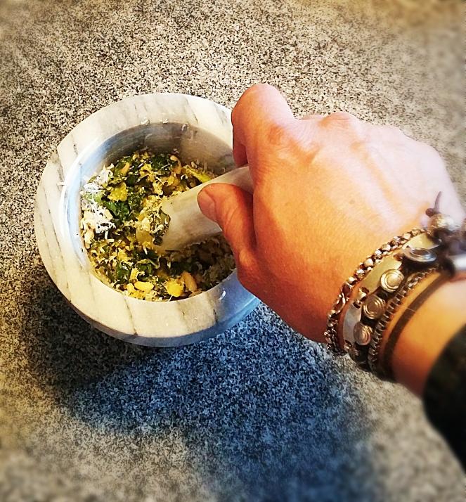 Per preparare il pesto col mortaio basta avere basilico, olio evo, aglio, parmigiano e pinoli.