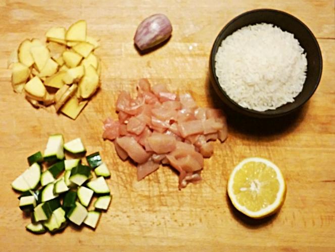 Zenzero, scalogno, riso basmati, limone, petto di pollo e zucchine sono gli ingredienti di questa ricetta.