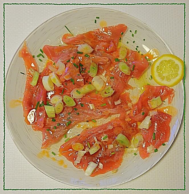 Goloso piatto di tonno fresco in carpaccio, condito con olio extravergine d'oliva, succo di limone, tabasco e accompagnato da erba cipollina e cipolla di Tropea.