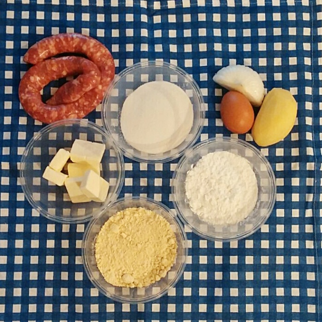 Salsiccia, arina di riso e farina di lupino, fecola, burro, uovo, cipolla e patata sono gli ingredienti per preparare le empanadas senza glutine
