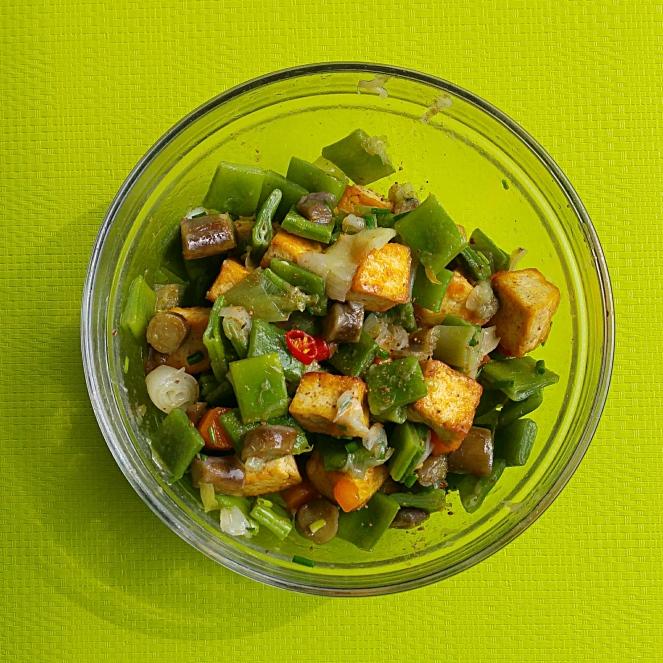 Naturalmente glutenfree è perfetta anche per i vegani questa insalata golosa di tofu e verdure.