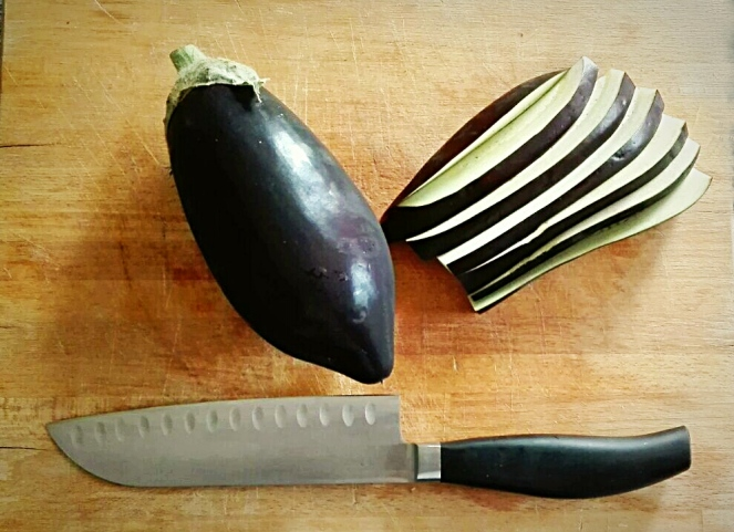 ecco le melanzane affettate per la preparazione della parmigiana
