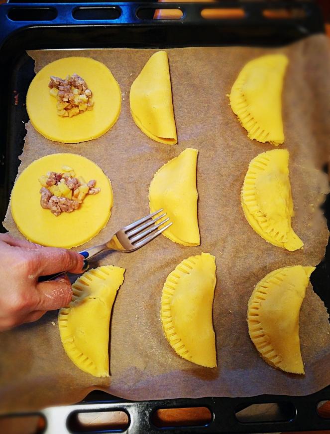 Prima di essere cotte in forno le empanadas vengono farcite e chiuse con l'aiuto di una forchetta