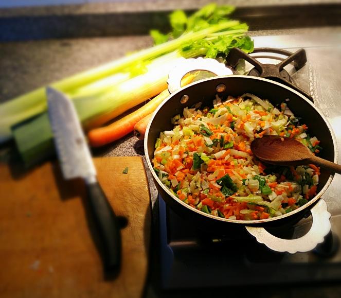 Aglio, carota, sedano e porro vengono tritati e fatti cuocere con olio d'oliva, creando così la base per la preparazione del ragù.