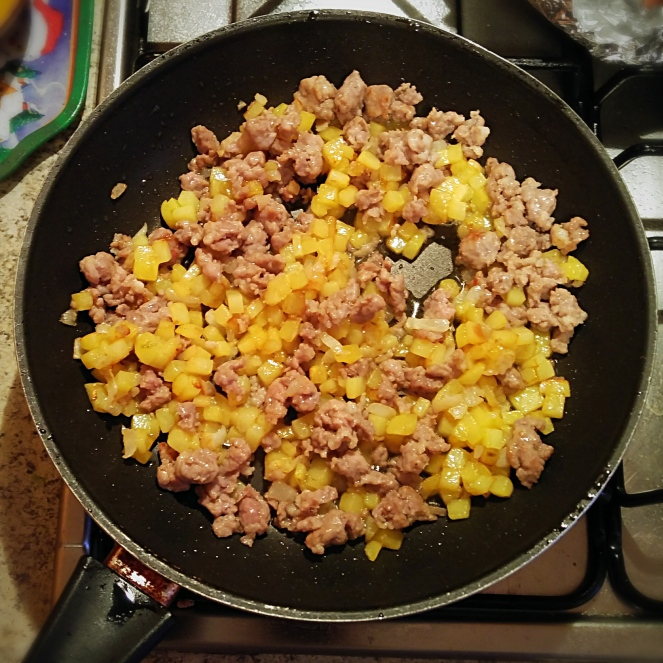 Cipolla, patata e salsiccia compongono il ripieno per le empanadas glutenfree