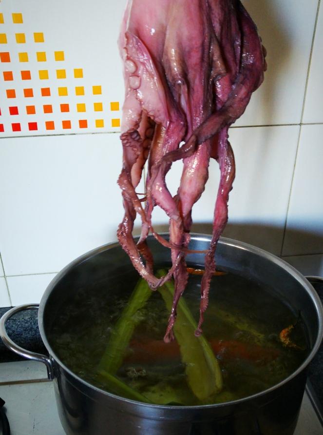 Arricciatura dei tentacoli del polpo immergendolo in acqua bollente
