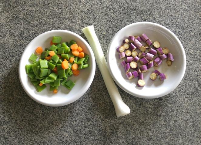 Un cipollotto, delle taccole, una carota e qualche melanzana perlina vengono saltate in padella con olio e aglio per la spadellata di verdure che completa la ricetta