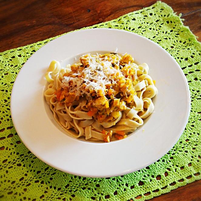 Tagliatelle senza glutine fatte in casa con ragù di coniglio e verdure