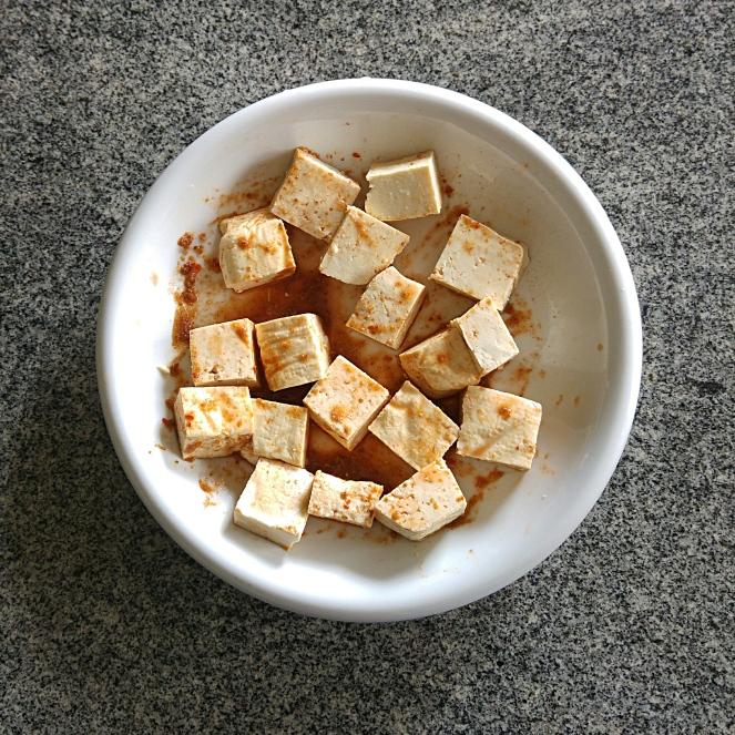 in una fondina abbiamo lasciato marinare il tofu tagliato a dadini con harissa du cap bon e cumino macinato