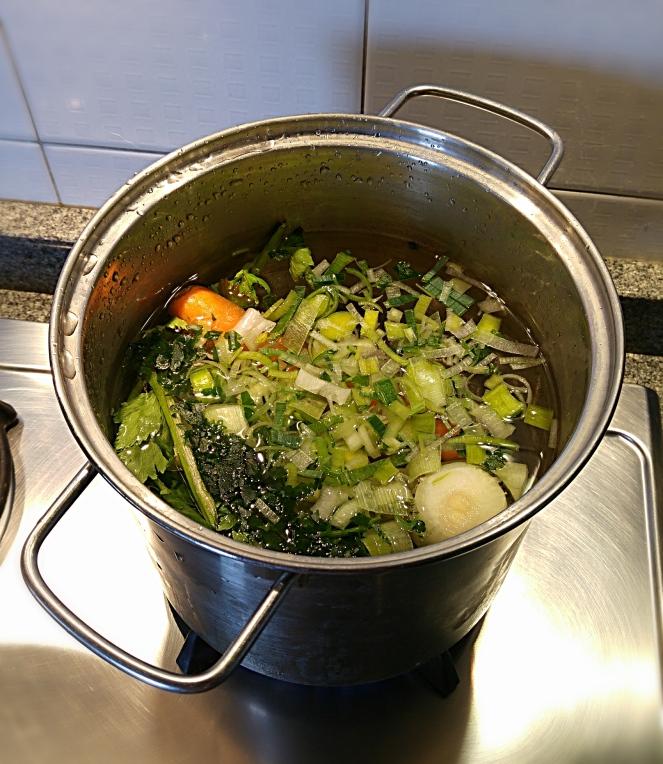 Preparare il brodo vegetale è molto semplice e consente di preparare molte ricette gustose e sane