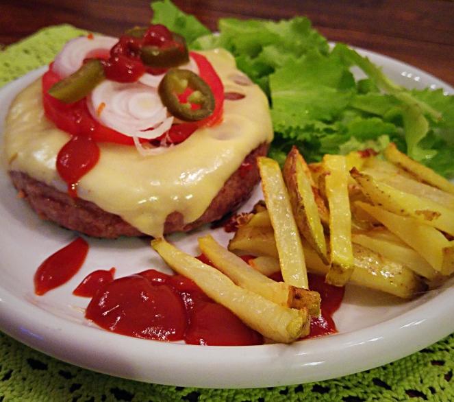 Cheeseburger con patatine e insalata per una cena Tex-Mex glutenfree