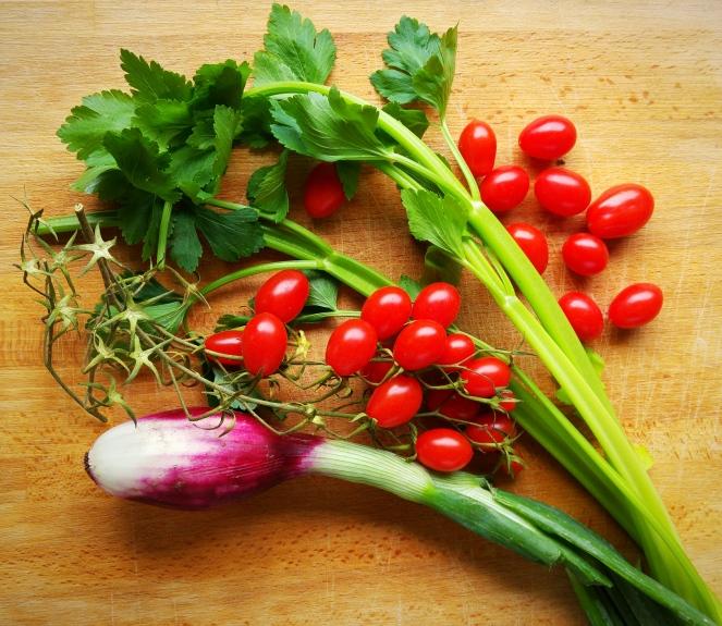 Cipollotto di Tropea, sedano e pomodori datterini sono gli ingredienti della nostra panzanella glutenfree