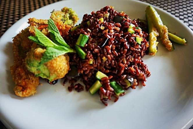 Fiori di zucca fritti con riso rosso integrale