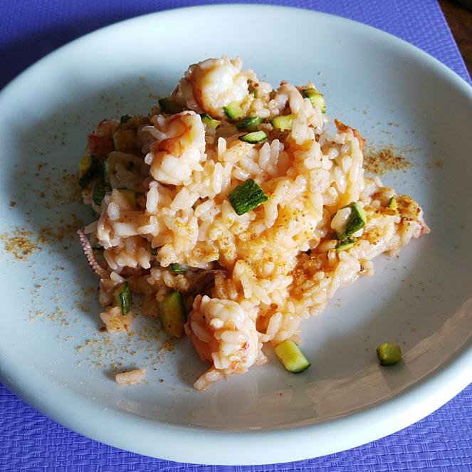 E' naturalmente senza glutine questo risotto gustoso ai gamberetti, zucchine, calamari e bottarga