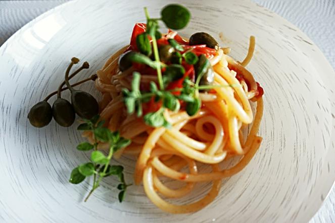 Cucunci, pomodori datterini ed origano fresco sono gli ingredienti semplici e gustosi di questo piatto di bucatini senza glutine.