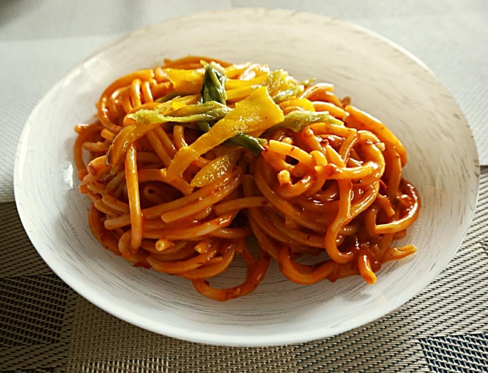 Un primo piatto facile e gustoso: bucatini glutenfree con 'nduja e peperoni dolci.