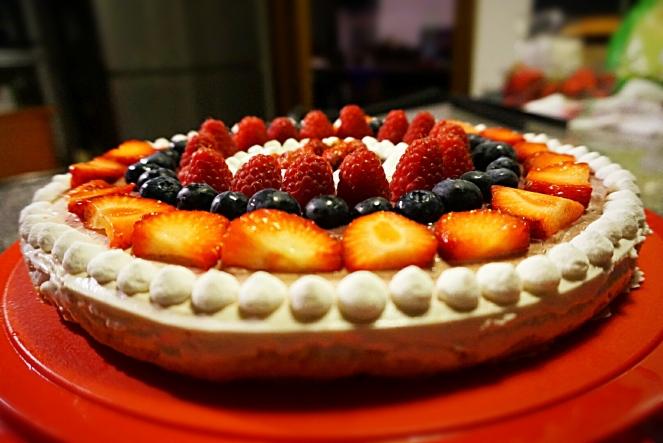 Meringhe e frutti di bosco arricchiscono questa golosa cheesecake allo yogurt