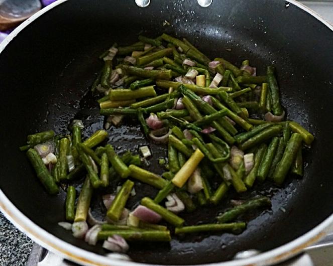 Nella padella il porro e l'aspargina vengono cotti per cinque minuti prima di essere frullati