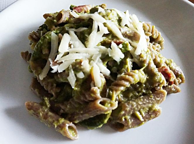 Un goloso primo piatto di pasta di grano saraceno con aspargina, speck e provolone
