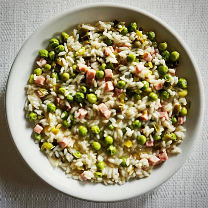 Piselli freschi e prosciutto cotto sono gli ingredienti di questo primo piatto naturalmente senza glutine