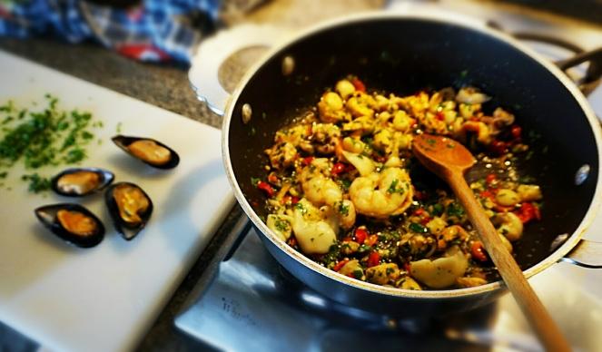 Cottura del pesce che verrà poi impiegato nella nostra ricetta