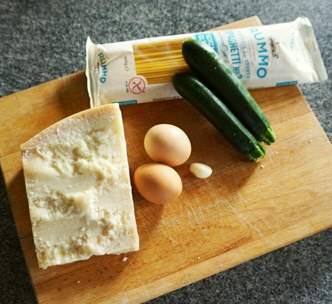 La carbonara glutenfree di zucchine si fa con questi pochi e semplici ingredienti: formaggio, aglio, uova, zucchine e spaghettiglutenfree