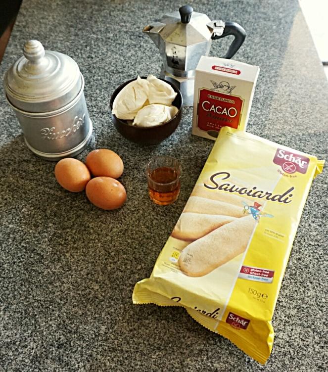 Tutti gli ingredienti impiegati per la preparazione del tiramisù glutenfree.