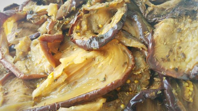 Melanzane essicate condite con olio extravergine d'oliva, aglio e menta.