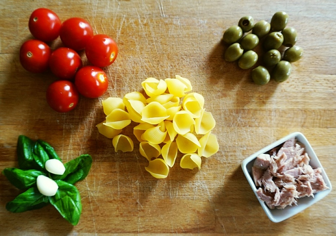 Aglio, basilico, pomodorini, olive verdi e tonno al naturale sono gli ingredienti con cui abbiamo condito la nostra insalata di pasta fredda glutenfree.