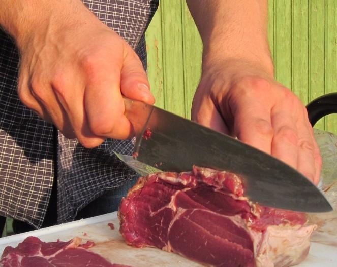 La carne di manzo per la tartare deve essere buona e tritata a coltello. Se macinata meccanicamente, potrebbe infatti scaldarsi, compromettendone la qualità. Qui le corrette istruzioni di come fare.