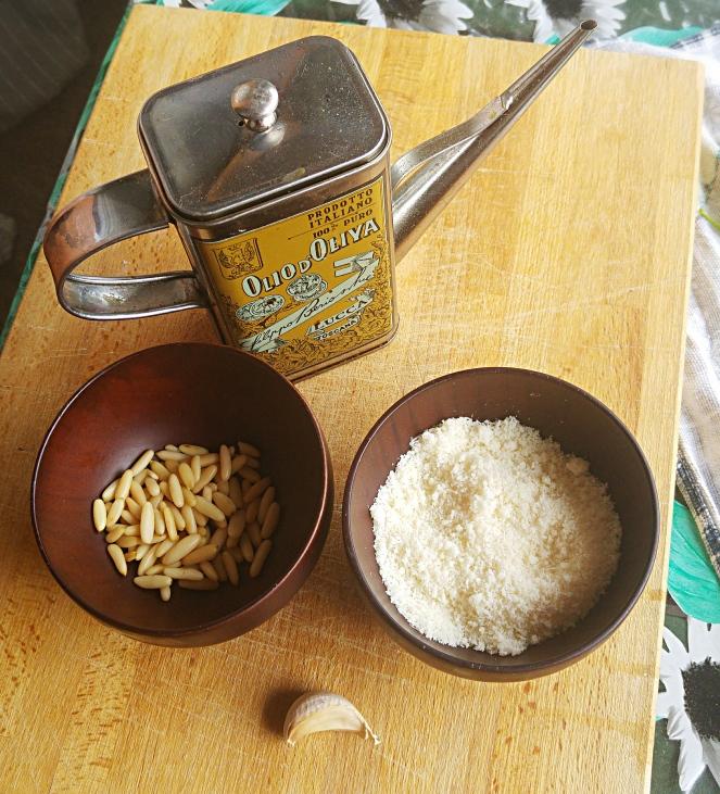 ingredienti_pesto_olio_aglio_pinoli_formaggio.jpg