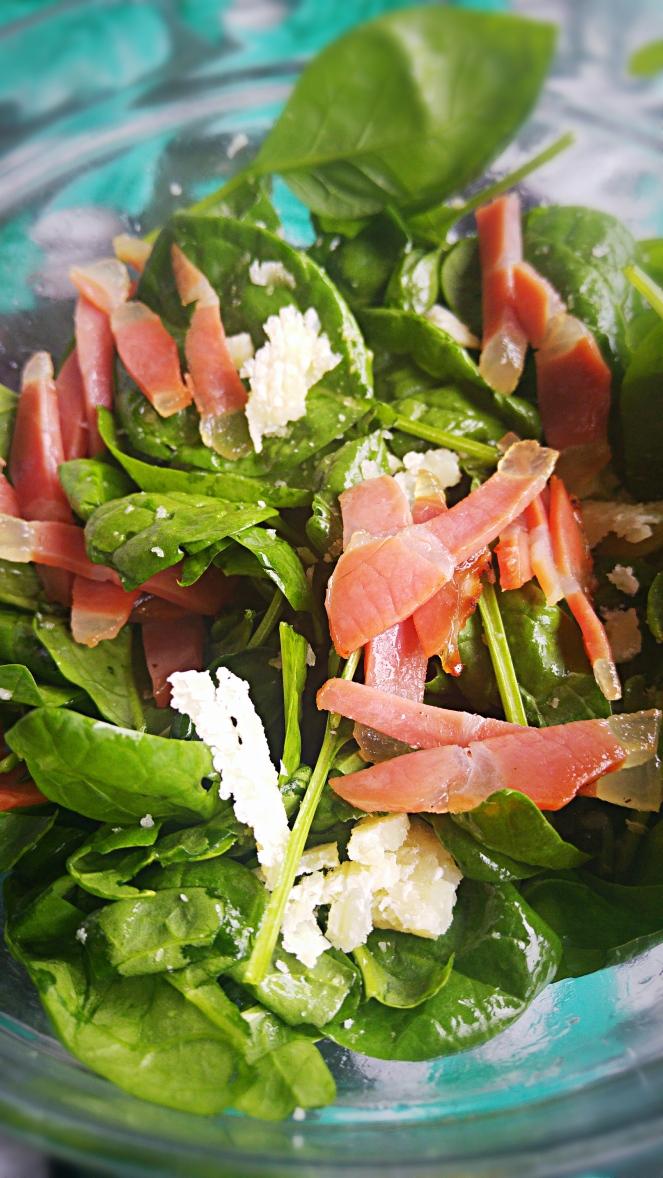 Foglie di tenero spinacino, speck e grana sono gli ingredienti di questa golosa insalatina. Condita con olio, limone e sale.
