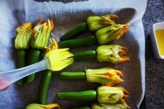 spennellatura_con_olio_zucchine_e_fiori.jpg