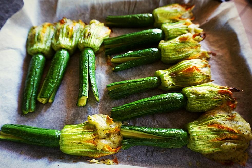 Zucchinette con fiori ripieni appena sfornate