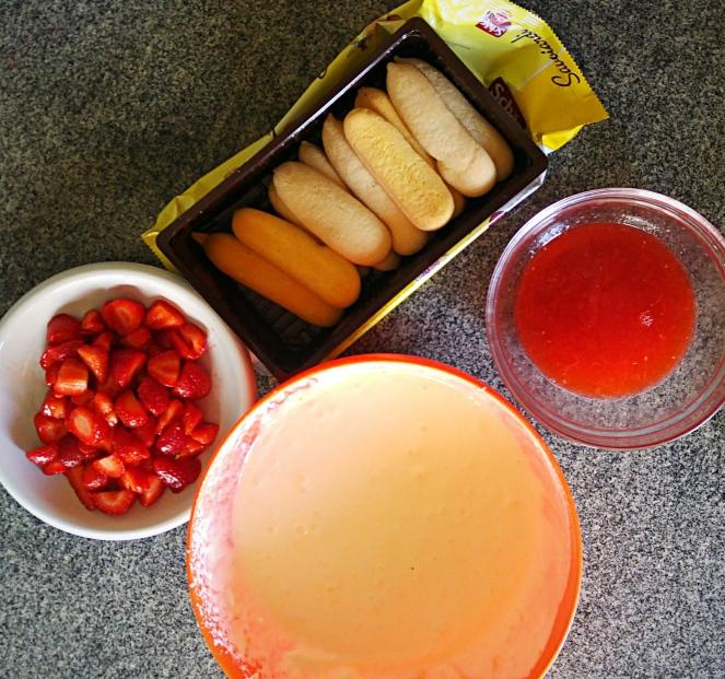Gli ingredienti della nostra ricetta: savoiardi senza glutine, fragole, crema di mascarpone e sciroppo alla frutta. Eccoci pronti a preparare il nostro tiramisù alle fragole senza glutine.