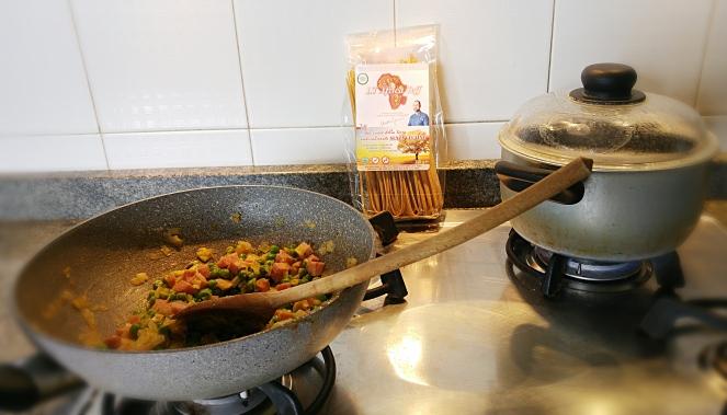 Mentre aspettiamo che l'acqua bolla per cuocervi le bavette di mais e teff glutenfree, prepariamo il sugo a base di porro, prosciutto cotto e piselli.