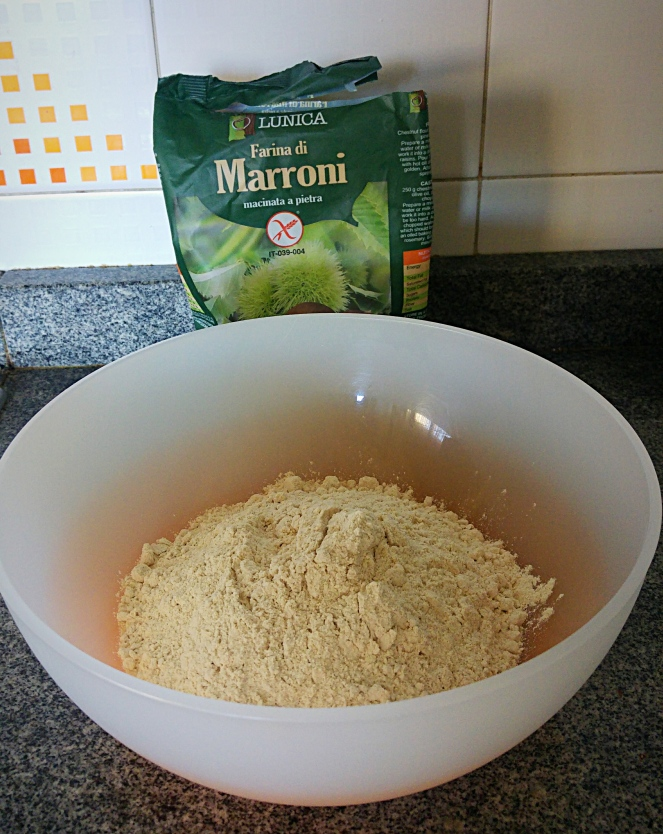 L'ingrediente principale del castagnaccio è la farina di castagne che non contiene glutine.