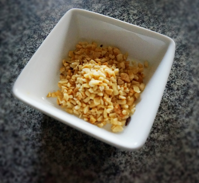 Come tocco finale aggiungiamo un pò di granella di nocciole alla nostra ricetta, donando così croccantezza al piatto di riso selvaggio con crema di porri e gorgonzola.