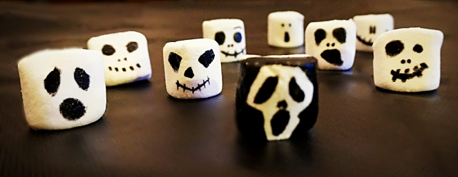 Facilissimi da realizzare i mostri di marshmallows senza glutine. Basta disegnare sulla superficie bianca e liscia dei marshmallows le faccine dei più comuni mostri e fantasmi di Halloween utilizzando delle penne alimentari specifiche per decorare i dolci.