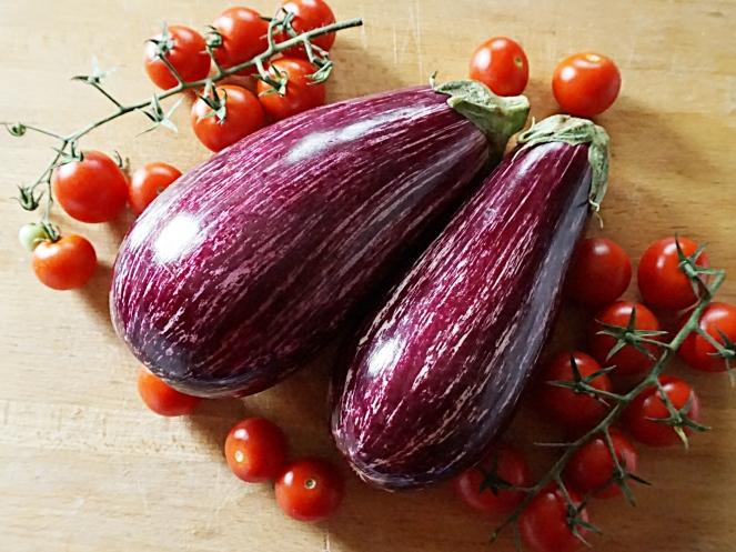 Per la preparazione della nostra ricetta abbiamo impiegato melanzane striate e pomodorini di Pachino, ma è possibile usare anche le classiche melanzane di colore viola scuro e altri tipi di pomodorini, tipo i datterino o i ciliegino.