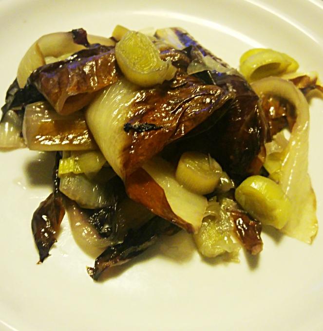 Radicchio e porri saltati in padella sono un piatto a base di verdure sane, saporite e facilissime da preparare in poco tempo.