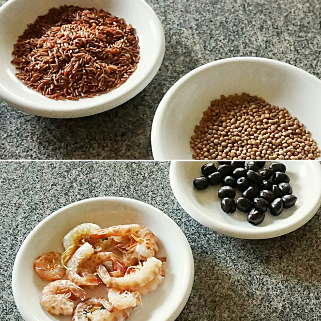 Gli ingredienti principali del nostro piatto sono il riso thailandese rosso integrale, le lenticchie, le mazzancolle e le olive nere.