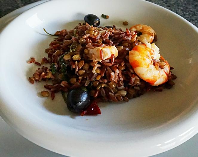 Riso rosso Thailandese con lenticchie, mazzancolle e olive nere. Si tratta di un primo piatto gustoso e speziato, molto salutare e gluten free.