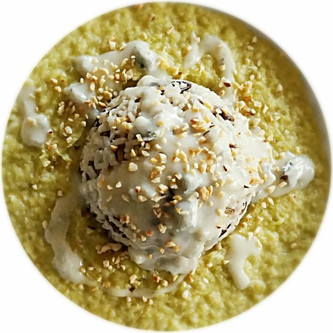 Coppetta di riso selvaggio ricoperto da gorgonzola e nocciole tritate su crema di porri.