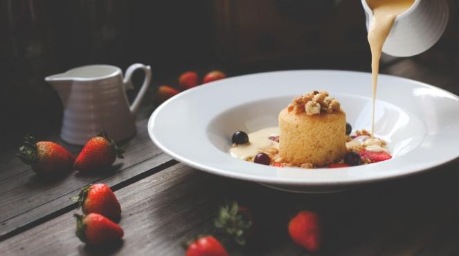 Tortino allo yogurt con crema pasticcera e frutta sia fresca che secca: goloso dessert naturalmente senza glutine