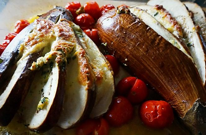 E' delizioso e naturalmente senza glutine il nostro ventaglio di melanzane farcite su letto di pomodori di Pachino
